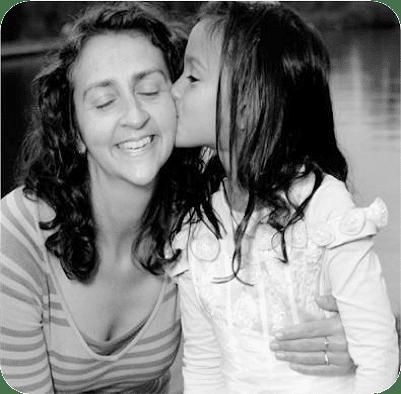 Dochter geeft moeder een kus. Wil je jouw gevoellige kind beter begrijpen en tips om overprikkeling en onzekerheid te verminderen? Kom dan naar de cursus 'Begrijp hoog sensitieve kinderen'!